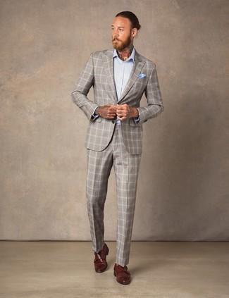 hellbeige Anzug mit Schottenmuster, hellblaues Businesshemd, braune Doppelmonks aus Leder, hellblaues Einstecktuch für Herren