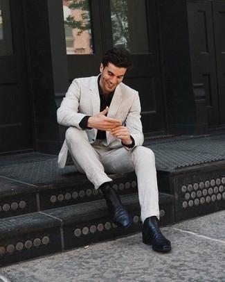 Schwarzes Businesshemd kombinieren: trends 2020: Vereinigen Sie ein schwarzes Businesshemd mit einem hellbeige Anzug für einen stilvollen, eleganten Look. Fühlen Sie sich mutig? Entscheiden Sie sich für schwarzen Chelsea Boots aus Leder.