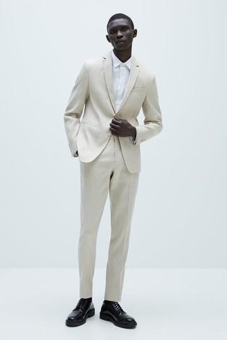 Hemd kombinieren – 1200+ Herren Outfits: Entscheiden Sie sich für einen klassischen Stil in einem Hemd und einem hellbeige Anzug. Schwarze Leder Derby Schuhe putzen umgehend selbst den bequemsten Look heraus.