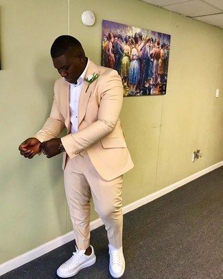 Weiße Leder niedrige Sneakers kombinieren – 1200+ Herren Outfits: Entscheiden Sie sich für einen hellbeige Anzug und ein weißes Businesshemd, um vor Klasse und Perfektion zu strotzen. Fühlen Sie sich mutig? Vervollständigen Sie Ihr Outfit mit weißen Leder niedrigen Sneakers.