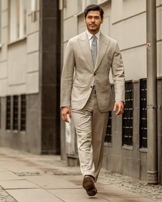 Wie kombinieren: hellbeige Anzug, weißes Businesshemd, braune Leder Slipper, graue Krawatte