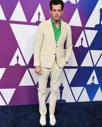 Wie kombinieren: hellbeige Anzug, grünes Langarmhemd, weiße Leder Slipper, graue Socken