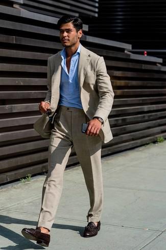 Wie kombinieren: hellbeige Leinen Anzug, hellblaues Langarmhemd, dunkelbraune Leder Slipper mit Quasten, dunkelbraune Lederuhr