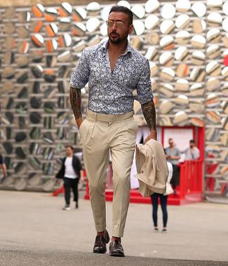 Weißes und dunkelblaues Langarmhemd mit Blumenmuster kombinieren: trends 2020: Kombinieren Sie ein weißes und dunkelblaues Langarmhemd mit Blumenmuster mit einem hellbeige Anzug für einen stilvollen, eleganten Look. Fühlen Sie sich mutig? Entscheiden Sie sich für dunkelbraunen Leder Slipper.