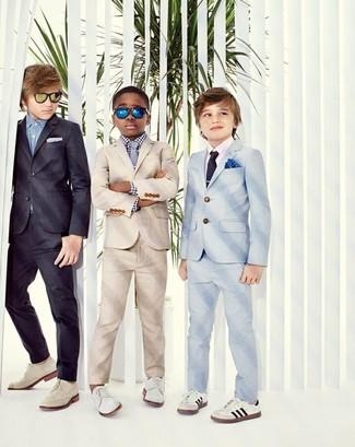 Wie kombinieren: hellbeige Anzug, weißes und schwarzes Langarmhemd mit Vichy-Muster, weiße Oxford Schuhe, graue Krawatte