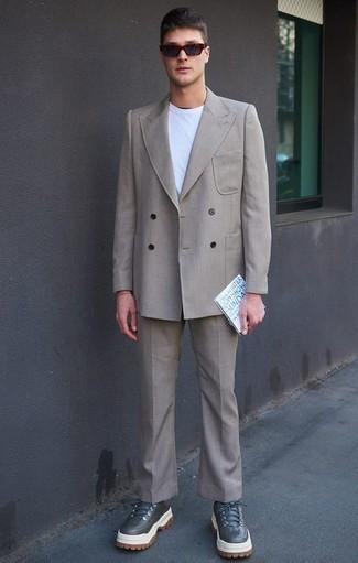 Hellbeige Anzug kombinieren: trends 2020: Die Paarung aus einem hellbeige Anzug und einem weißen T-Shirt mit einem Rundhalsausschnitt ist eine ideale Wahl für einen Tag im Büro. Wählen Sie die legere Option mit dunkelgrauen Lederarbeitsstiefeln.