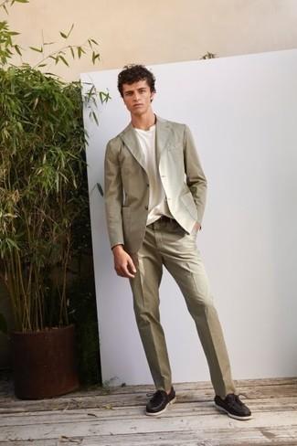 Bootsschuhe kombinieren – 500+ Herren Outfits: Kombinieren Sie einen hellbeige Anzug mit einem weißen T-Shirt mit einem Rundhalsausschnitt, wenn Sie einen gepflegten und stylischen Look wollen. Wählen Sie die legere Option mit Bootsschuhen.