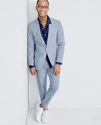 Transparente Sonnenbrille kombinieren – 500+ Smart-Casual Herren Outfits: Kombinieren Sie einen hellblauen Anzug mit Karomuster mit einer transparenten Sonnenbrille für ein großartiges Wochenend-Outfit. Vervollständigen Sie Ihr Look mit weißen Segeltuch niedrigen Sneakers.