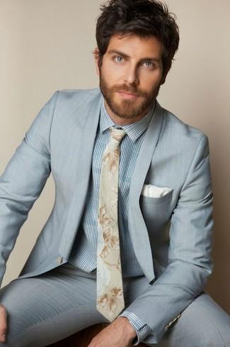 Wie kombinieren: hellblauer Anzug, hellblaues vertikal gestreiftes Businesshemd, hellbeige Krawatte mit Blumenmuster, weißes Einstecktuch