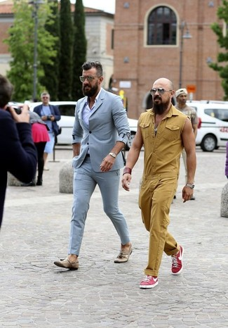 Wie kombinieren: hellblauer Anzug, hellviolettes Businesshemd, beige Leder Slipper mit Quasten, goldene Uhr