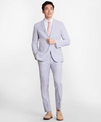 Wie kombinieren: hellblauer Anzug aus Seersucker, weißes Businesshemd, beige Wildleder Derby Schuhe, rosa Krawatte