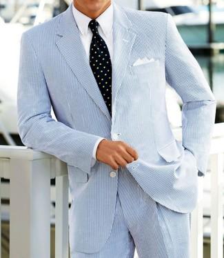 Wie kombinieren: hellblauer Anzug aus Seersucker, weißes Businesshemd, dunkelblaue bedruckte Krawatte, weißes Einstecktuch