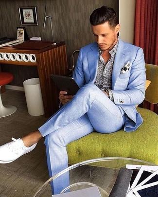 Wie kombinieren: hellblauer Anzug, blaues bedrucktes Langarmhemd, weiße Leinenschuhe, weißes bedrucktes Einstecktuch