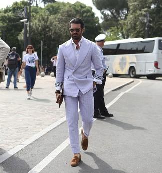 Wie kombinieren: hellblauer vertikal gestreifter Anzug, weißes Langarmhemd, braune Wildleder Slipper mit Quasten, braune Leder Clutch Handtasche