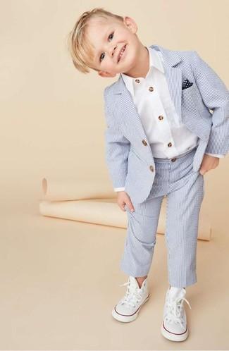 hellblauer Anzug, weißes Langarmhemd, weiße Turnschuhe, dunkelblaues und weißes Einstecktuch für Jungen