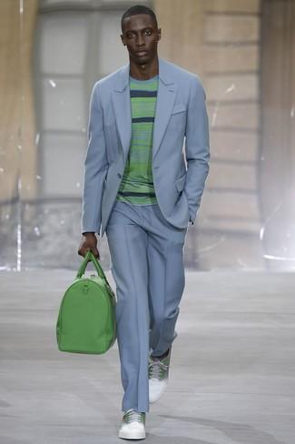 Wie kombinieren: hellblauer Anzug, grüner horizontal gestreifter Pullover mit einem Rundhalsausschnitt, weiße und grüne Leder niedrige Sneakers, grüne Leder Reisetasche