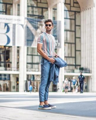 Wie kombinieren: hellblauer Anzug, mehrfarbiges vertikal gestreiftes T-Shirt mit einem Rundhalsausschnitt, dunkelblaue Slip-On Sneakers aus Segeltuch, schwarze Sonnenbrille