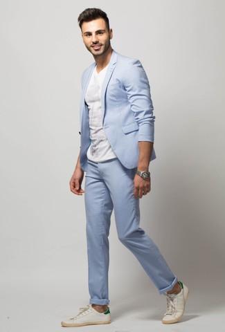 Wie kombinieren: hellblauer Anzug, weißes T-Shirt mit einem Rundhalsausschnitt, weiße Leder niedrige Sneakers, silberne Uhr