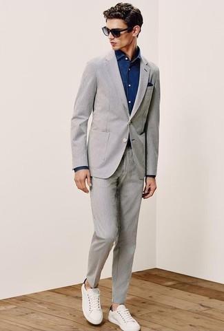 Wie kombinieren: grauer Anzug aus Seersucker, dunkelblaues Jeanshemd, weiße Leder niedrige Sneakers, dunkelblaues Einstecktuch