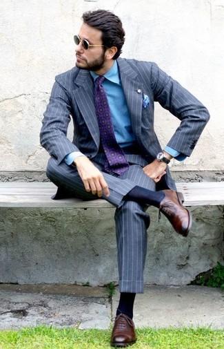 grauer vertikal gestreifter Anzug, blaues Jeanshemd, braune Leder Oxford Schuhe, lila bedruckte Krawatte für Herren