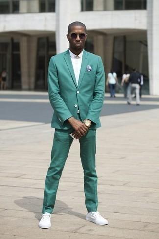 Niedrige Sneakers kombinieren: trends 2020: Vereinigen Sie einen grünen Anzug mit einem weißen Kurzarmhemd, um vor Klasse und Perfektion zu strotzen. Suchen Sie nach leichtem Schuhwerk? Komplettieren Sie Ihr Outfit mit niedrigen Sneakers für den Tag.