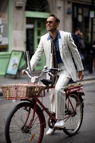 Hellbeige Einstecktuch kombinieren: trends 2020: Entscheiden Sie sich für einen weißen vertikal gestreiften Anzug und ein hellbeige Einstecktuch für ein bequemes Outfit, das außerdem gut zusammen passt. Weiße Segeltuch niedrige Sneakers sind eine ideale Wahl, um dieses Outfit zu vervollständigen.