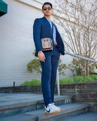 Beige Segeltuch Umhängetasche kombinieren – 31 Herren Outfits: Die Paarung aus einem dunkelblauen Anzug und einer beige Segeltuch Umhängetasche ist eine komfortable Wahl, um Besorgungen in der Stadt zu erledigen. Komplettieren Sie Ihr Outfit mit weißen und dunkelblauen Segeltuch niedrigen Sneakers.