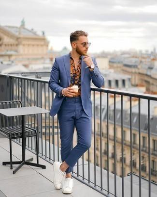 Weiße Leder niedrige Sneakers kombinieren – 500+ Herren Outfits: Paaren Sie einen blauen Anzug mit einem mehrfarbigen bedruckten Kurzarmhemd für einen für die Arbeit geeigneten Look. Fühlen Sie sich ideenreich? Wählen Sie weißen Leder niedrige Sneakers.