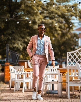 Dunkelgrüne Sonnenbrille kombinieren – 500+ Herren Outfits: Kombinieren Sie einen rosa Anzug mit einer dunkelgrünen Sonnenbrille, um mühelos alles zu meistern, was auch immer der Tag bringen mag. Ergänzen Sie Ihr Look mit weißen Segeltuch niedrigen Sneakers.