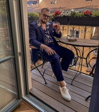 Herren Outfits 2021: Kombinieren Sie einen dunkelblauen Anzug mit einem dunkelblauen Kurzarmhemd mit Blumenmuster für Ihren Bürojob. Weiße Segeltuch niedrige Sneakers leihen Originalität zu einem klassischen Look.