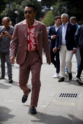 Dunkelroten Anzug kombinieren: Entscheiden Sie sich für einen dunkelroten Anzug und ein rotes Kurzarmhemd mit Blumenmuster für einen für die Arbeit geeigneten Look. Schwarze Leder Slipper putzen umgehend selbst den bequemsten Look heraus.