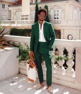 Weiße Shopper Tasche aus Segeltuch kombinieren – 395 Herren Outfits: Kombinieren Sie einen dunkelgrünen Anzug mit einer weißen Shopper Tasche aus Segeltuch, um einen lockeren, aber dennoch stylischen Look zu erhalten. Fühlen Sie sich ideenreich? Wählen Sie hellbeige Wildleder Slipper.
