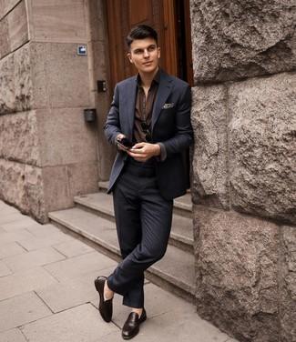 Dunkelbraune Leder Slipper kombinieren – 500+ Herren Outfits: Kombinieren Sie einen dunkelblauen Anzug mit Karomuster mit einem dunkelbraunen Kurzarmhemd für Drinks nach der Arbeit. Fühlen Sie sich mutig? Entscheiden Sie sich für dunkelbraunen Leder Slipper.