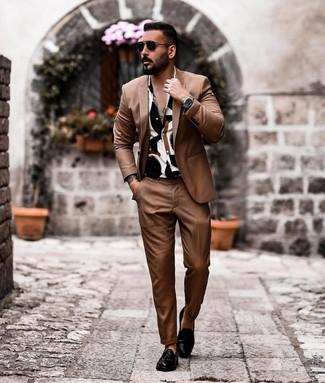 30 Jährige: Weißes und blaues bedrucktes Kurzarmhemd kombinieren: trends 2020: Entscheiden Sie sich für ein weißes und blaues bedrucktes Kurzarmhemd und einen braunen Anzug für einen für die Arbeit geeigneten Look. Schwarze Leder Slipper mit Quasten putzen umgehend selbst den bequemsten Look heraus.