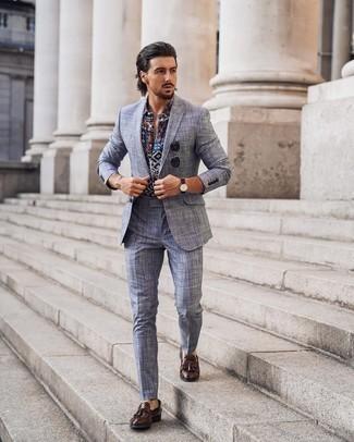 Dunkelgraue Sonnenbrille kombinieren – 500+ Herren Outfits: Erwägen Sie das Tragen von einem hellblauen Anzug mit Schottenmuster und einer dunkelgrauen Sonnenbrille, um einen lockeren, aber dennoch stylischen Look zu erhalten. Entscheiden Sie sich für dunkelbraunen Leder Slipper mit Quasten, um Ihr Modebewusstsein zu zeigen.