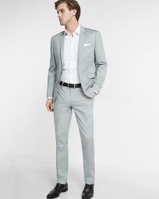Wie kombinieren: grauer Anzug, weißes Langarmhemd, schwarze Leder Brogues, weißes Einstecktuch