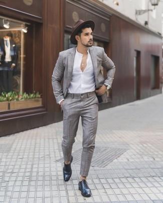 Hut kombinieren – 500+ Herren Outfits: Erwägen Sie das Tragen von einem grauen Anzug mit Schottenmuster und einem Hut, um mühelos alles zu meistern, was auch immer der Tag bringen mag. Fühlen Sie sich ideenreich? Entscheiden Sie sich für dunkelblauen Leder Brogues.