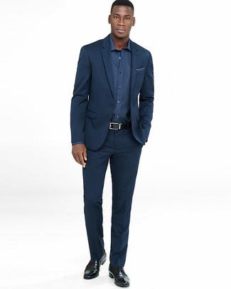 Wie kombinieren: dunkelblauer Anzug, dunkelblaues Langarmhemd, schwarze Leder Derby Schuhe, dunkelblaues bedrucktes Einstecktuch