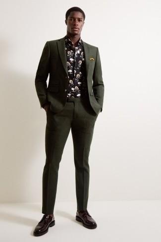 Dunkelgrünen Anzug kombinieren: trends 2020: Vereinigen Sie einen dunkelgrünen Anzug mit einem schwarzen Langarmhemd mit Blumenmuster für eine klassischen und verfeinerte Silhouette. Schalten Sie Ihren Kleidungsbestienmodus an und machen dunkelroten Leder Derby Schuhe zu Ihrer Schuhwerkwahl.