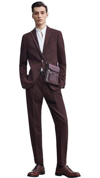 Schwarze Socken kombinieren: Paaren Sie einen dunkelbraunen Anzug mit schwarzen Socken für ein bequemes Outfit, das außerdem gut zusammen passt. Fühlen Sie sich ideenreich? Wählen Sie dunkelbraunen Leder Derby Schuhe.