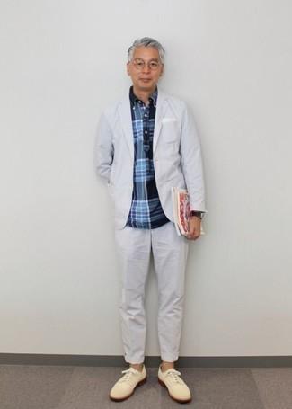 Dunkelblaues und grünes Langarmhemd mit Schottenmuster kombinieren – 3 Elegante Herren Outfits: Erwägen Sie das Tragen von einem dunkelblauen und grünen Langarmhemd mit Schottenmuster und einem weißen Anzug, um vor Klasse und Perfektion zu strotzen. Fühlen Sie sich ideenreich? Vervollständigen Sie Ihr Outfit mit hellbeige Wildleder Derby Schuhen.