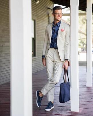 Wie kombinieren: hellbeige Anzug, dunkelblaues bedrucktes Langarmhemd, dunkelblaue Leder niedrige Sneakers, dunkelblaue Shopper Tasche aus Segeltuch