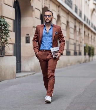 Wie kombinieren: rotbrauner Anzug, blaues Langarmhemd, weiße Leder niedrige Sneakers, weißes und dunkelblaues Einstecktuch mit Vichy-Muster