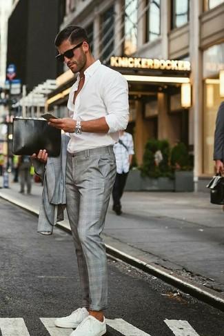 Wie kombinieren: grauer Anzug mit Schottenmuster, weißes Langarmhemd, weiße niedrige Sneakers, schwarze Leder Clutch Handtasche