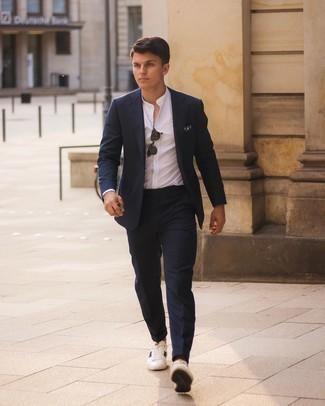 Turnschuhe kombinieren – 500+ Herren Outfits: Kombinieren Sie einen dunkelblauen Anzug mit einem weißen Langarmhemd für einen stilvollen, eleganten Look. Fühlen Sie sich ideenreich? Vervollständigen Sie Ihr Outfit mit Turnschuhen.