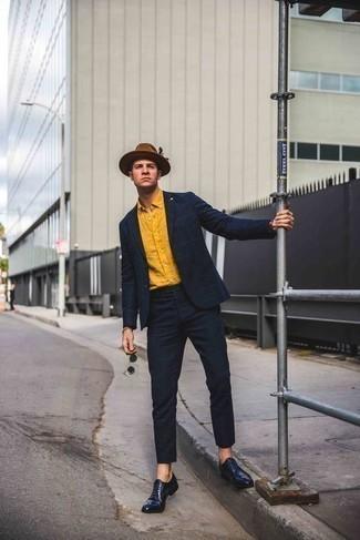 Braunen Wollhut kombinieren: trends 2020: Kombinieren Sie einen dunkelblauen Anzug mit Karomuster mit einem braunen Wollhut für ein Alltagsoutfit, das Charakter und Persönlichkeit ausstrahlt. Fühlen Sie sich ideenreich? Wählen Sie dunkelblauen Leder Oxford Schuhe.