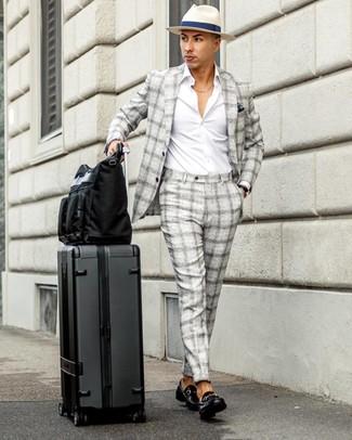 Wie kombinieren: grauer Anzug mit Schottenmuster, weißes Langarmhemd, schwarze Leder Slipper, schwarze Shopper Tasche aus Segeltuch
