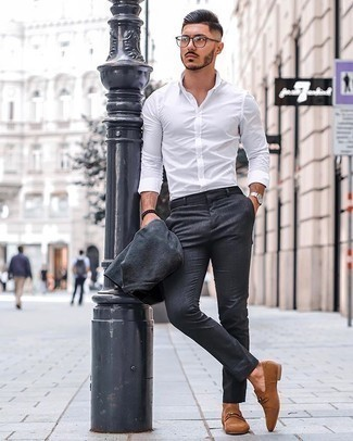 Silberne Uhr kombinieren – 776+ Elegante Herren Outfits: Kombinieren Sie einen dunkelgrauen Anzug mit einer silbernen Uhr für ein großartiges Wochenend-Outfit. Fühlen Sie sich ideenreich? Ergänzen Sie Ihr Outfit mit beige Wildleder Slippern.