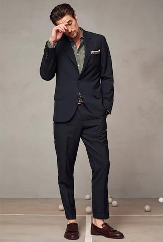 Wie kombinieren: schwarzer Anzug, graues Chambray Langarmhemd, dunkelbraune Leder Slipper mit Quasten, braunes Einstecktuch mit Schottenmuster