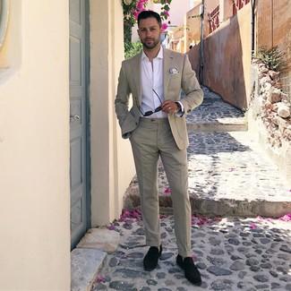 Wie kombinieren: hellbeige Anzug, weißes Langarmhemd, schwarze Wildleder Slipper mit Quasten, weißes und blaues bedrucktes Einstecktuch
